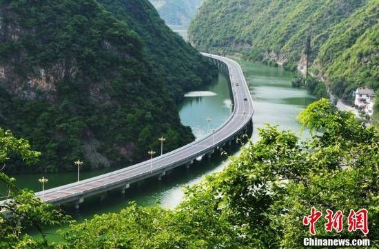 公路建在三峡水面上 吸引百万游客