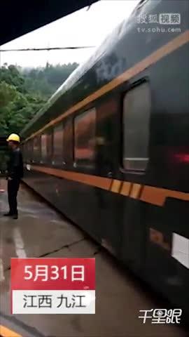 绿皮火车竟开上105国道?