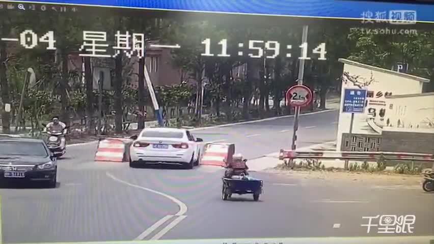 新手司机撞车后秒骑水泥墩