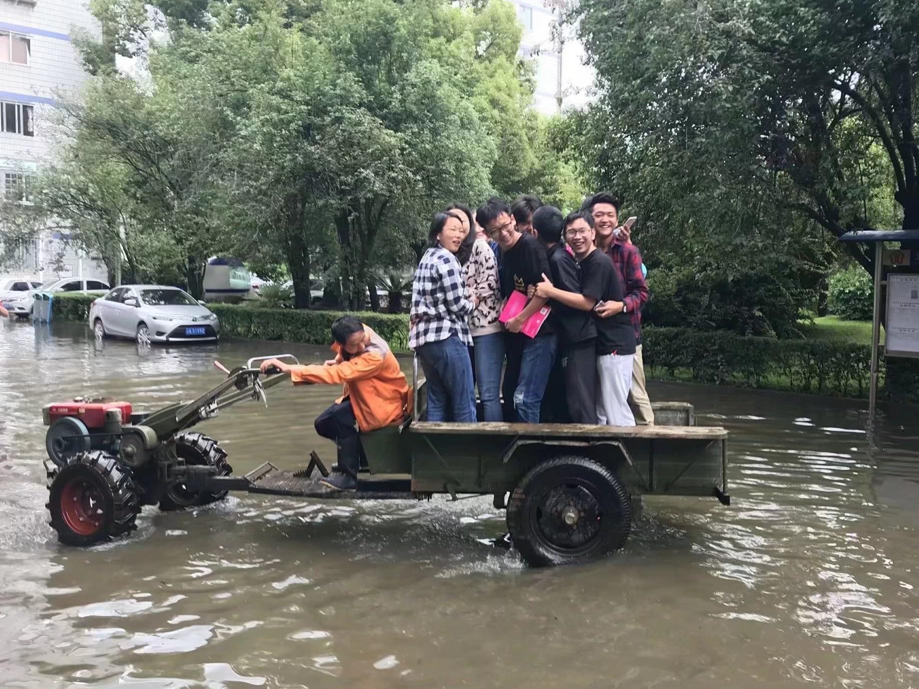 """连降暴雨学校成""""海"""" 学生坐拖拉机上课"""