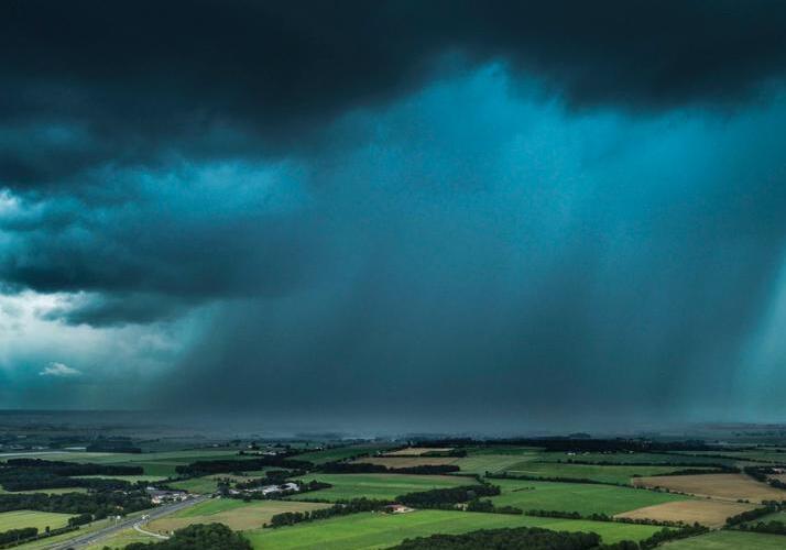 大雨将至 法国旺代天空乌云密布景象似科幻大片