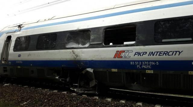 波兰卡车与列车相撞