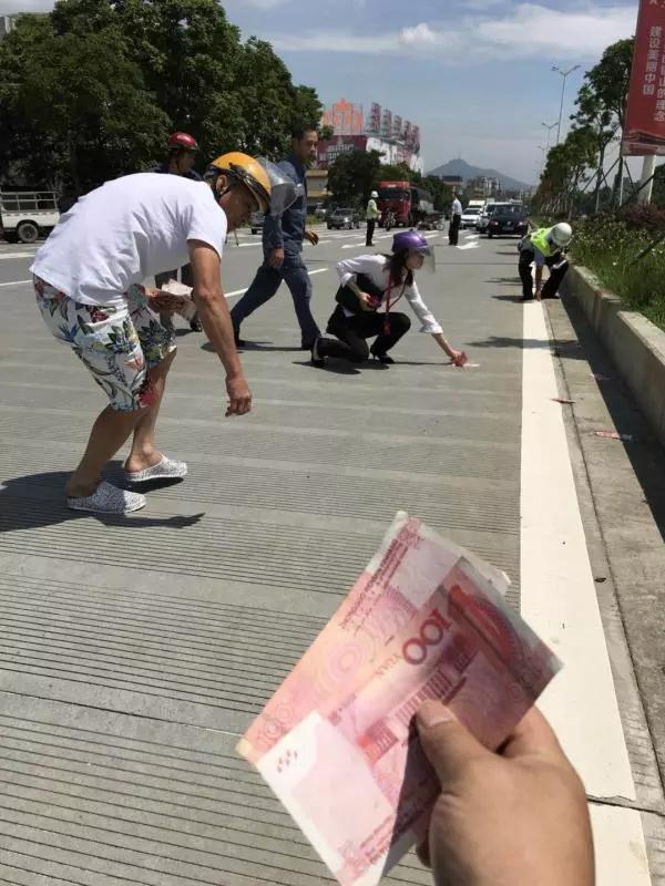 50多张百元大钞飘洒新会街头!接下来的一幕让人感动