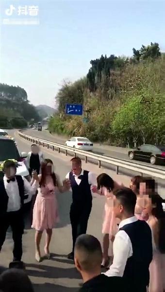 婚礼车队国道占道跳舞