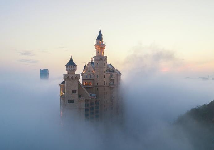 大连出现平流雾美景 星海广场宛如仙境