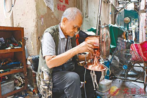 快餐年代的怀旧人情味:香港8旬老人坚持修电扇30多年