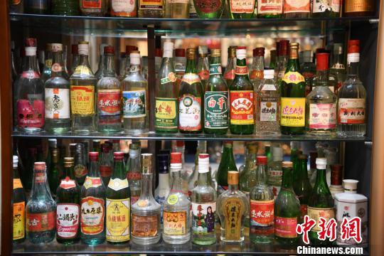 男子收藏近三千瓶白酒