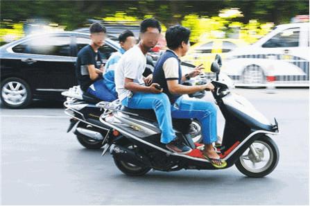 """初三学生骑摩托去喝下午茶 被交警请去""""喝茶"""""""