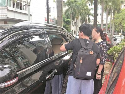 粗心奶奶将孙子反锁车内 热心市民钻窗救人