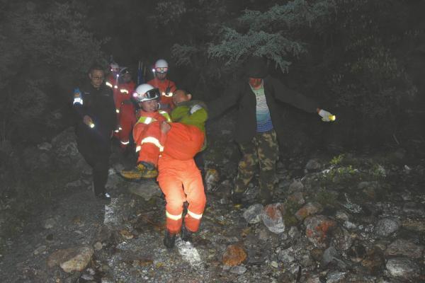 广州男子违规穿越贡嘎山被困3天3夜,救援队徒步6小时救人