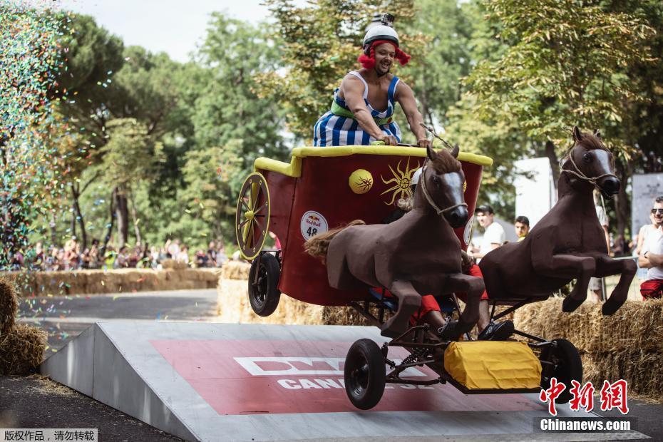 罗马举办红牛奇葩赛事 肥皂盒赛车比拼创意
