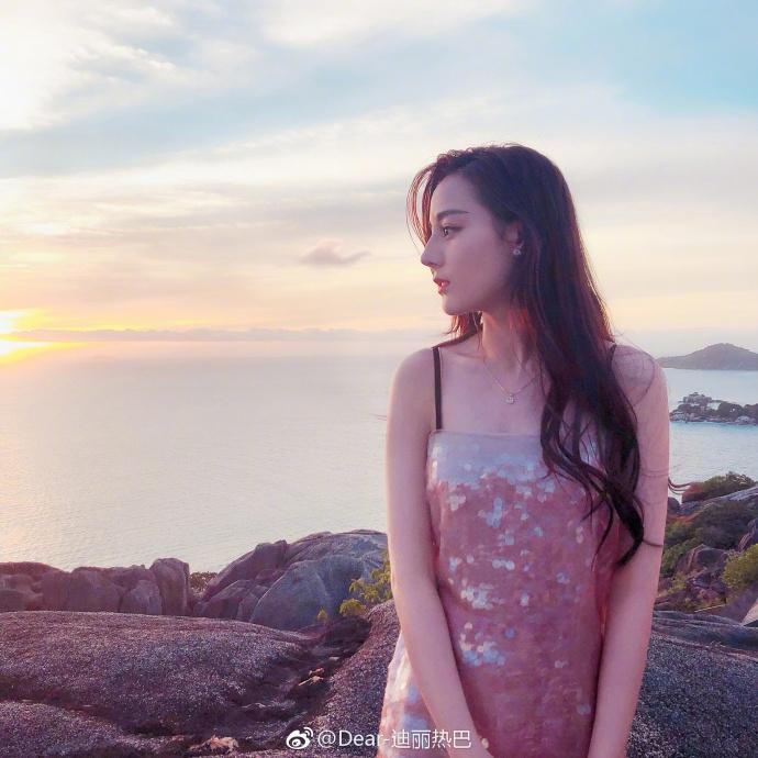 迪丽热巴身穿亮片裙眺望大海 迷离浅笑化身人鱼公主