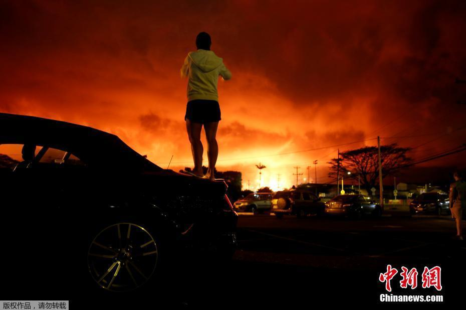 夏威夷火山喷发映红