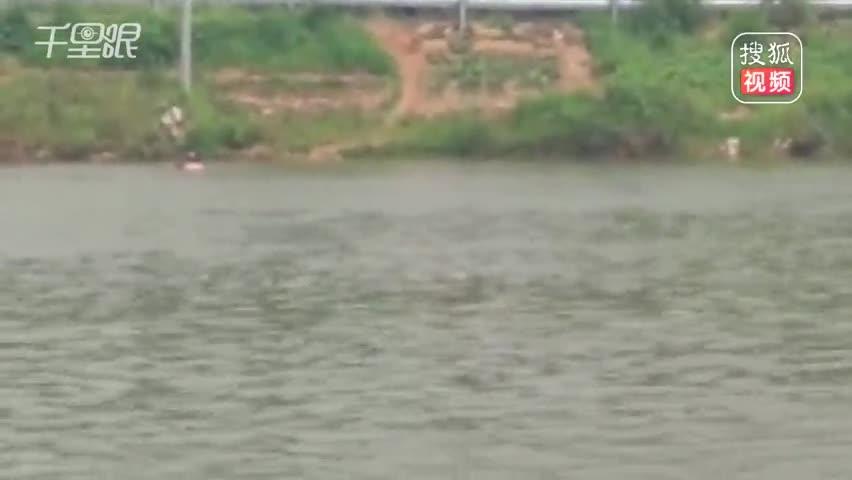 老人落水被冲走50多米 休假军人跳河急救