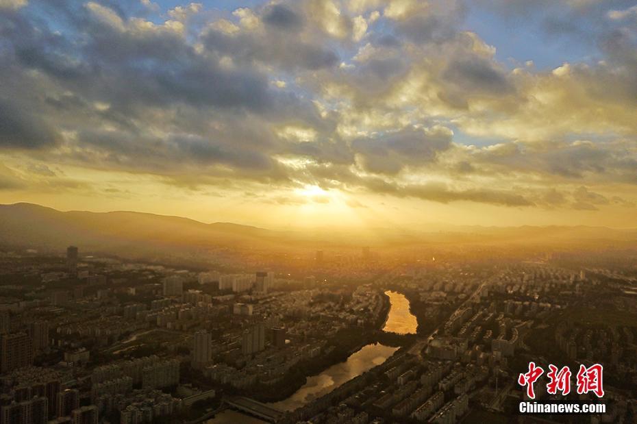 受台风外围影响 南京清晨现美景