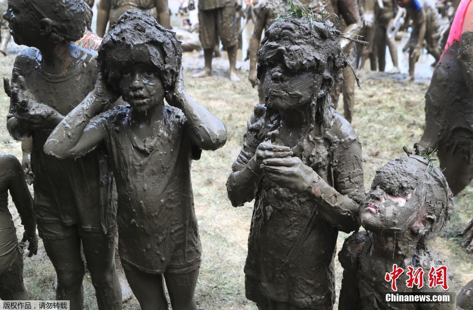 美国举行年度泥浆节 儿童驰骋泥坑不亦乐乎
