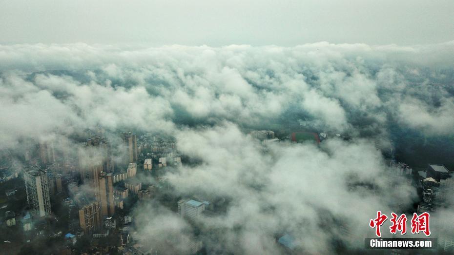 四川乐山现雾海景观