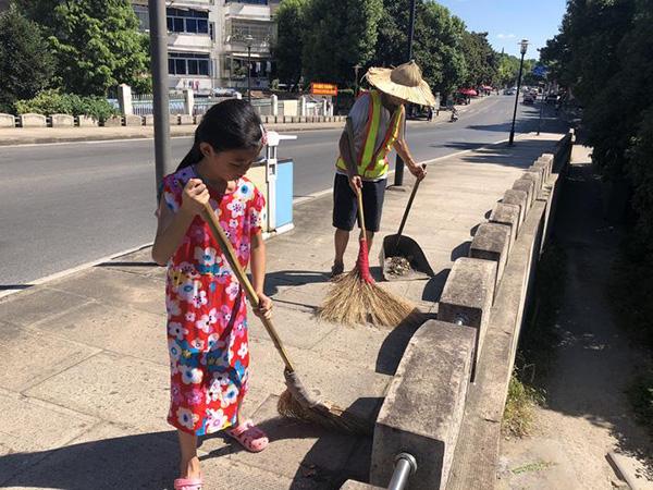 """9岁""""小候鸟""""帮打工爷爷在烈日下扫马路:爷爷扫得背都驼了"""