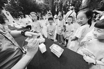 动物园普及动物喂养知识 倡导游客拒绝投喂