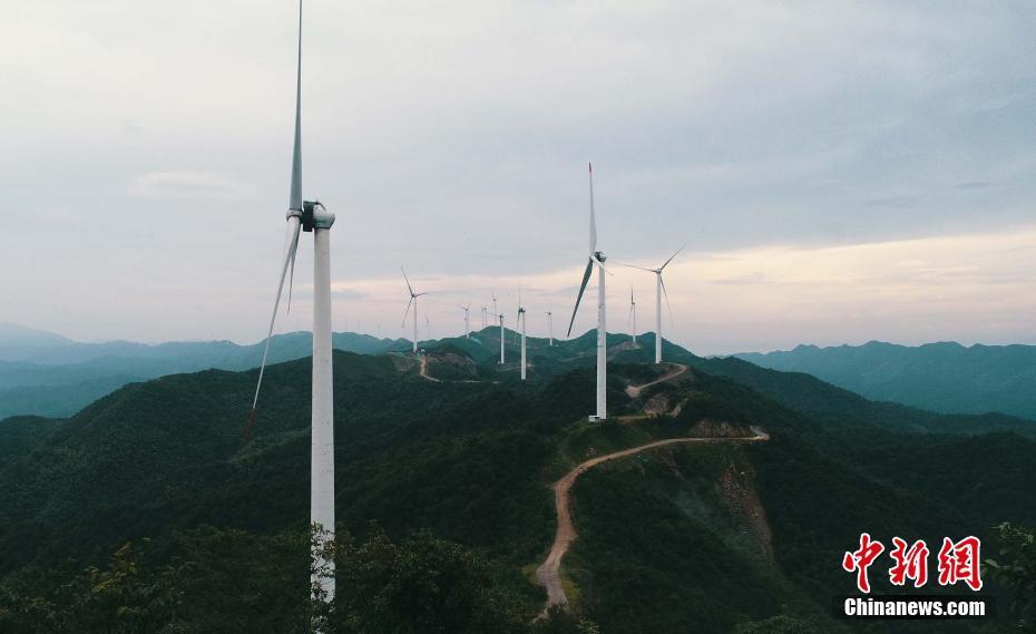 """航拍江西泰和高山风电项目 风机矗立山脉如巨型""""风车"""""""