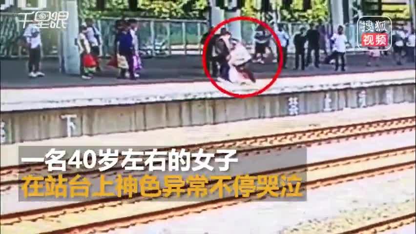 生死瞬间!眼看火车进站女子纵身跳铁轨被拽回