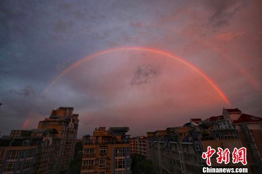南京现深浅两条彩虹