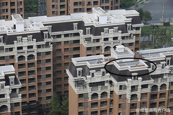 成都一新建小区增盖一层,开发商、物业和业主都称不知谁建的