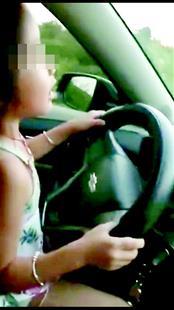 """6岁女孩开车上路 父亲拍视频炫耀女儿车技""""好"""""""