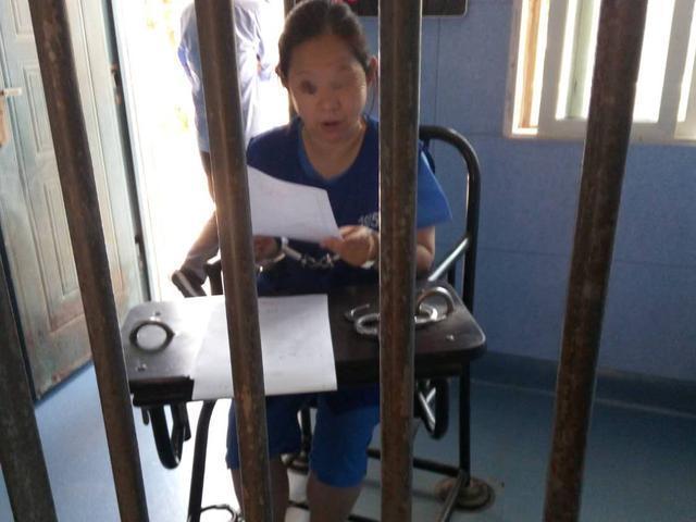潜逃9年变身保姆终落网 女毒枭被解回汉即将公审