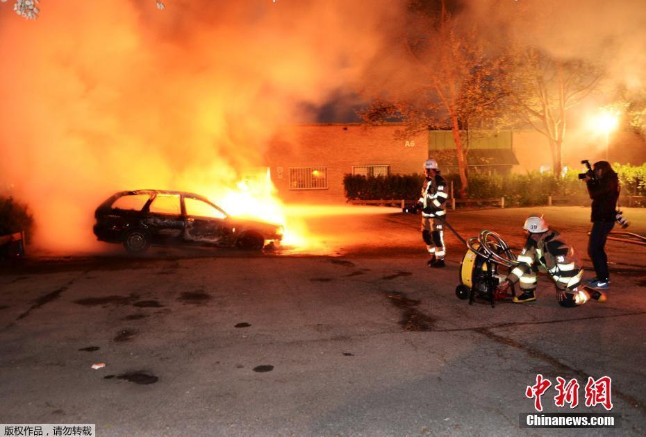 瑞典一夜80辆车被纵火
