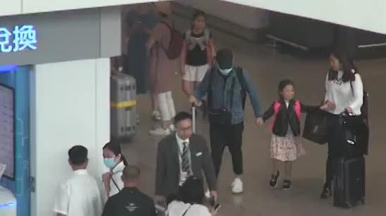 刘德华夫妇带女儿毕业旅游归来 父女俩全程手牵手很甜蜜