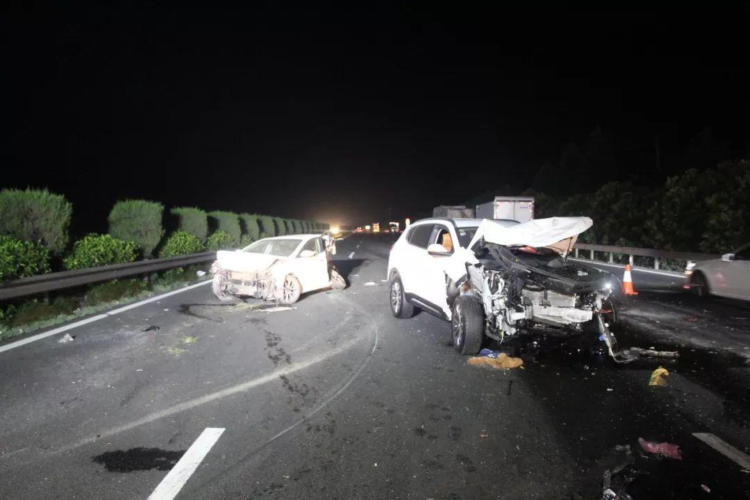 杭甬高速上爆胎司机停车在超车道,被后车撞上致车内母亲死亡
