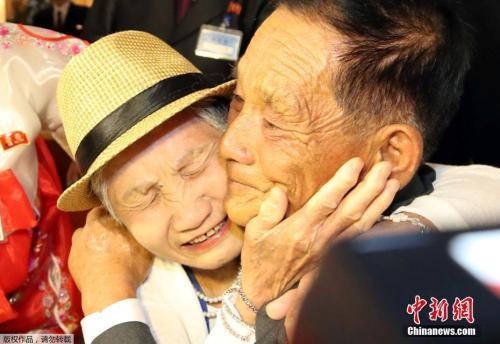 迟到60多年的拥抱:韩朝离散家属相聚金刚山