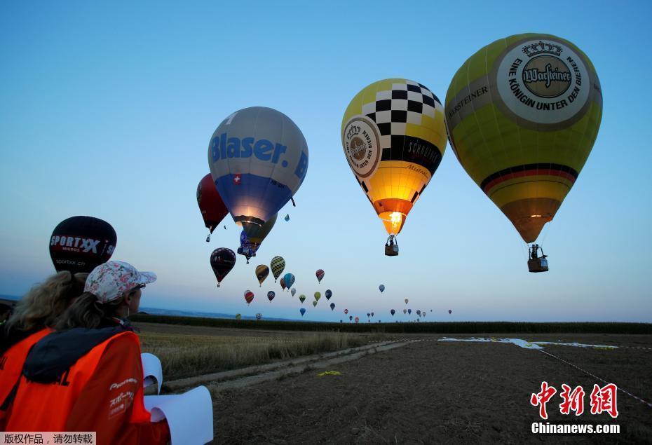 奥地利举办热气球大赛 五彩缤纷热气球飞向蓝天