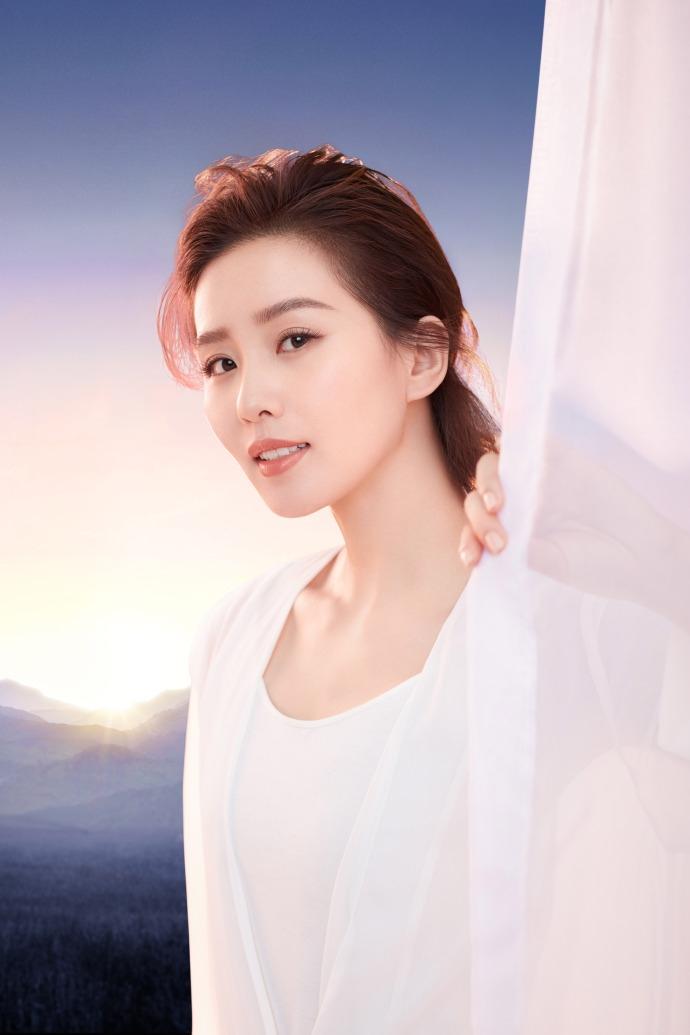 刘诗诗最新广告大片释出 一袭白衣优雅浅笑气质如兰