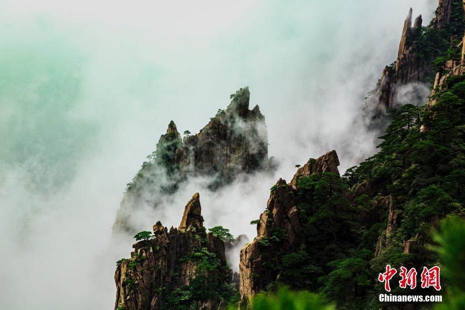 秋雨过后安徽黄山云雾缭绕宛如仙境