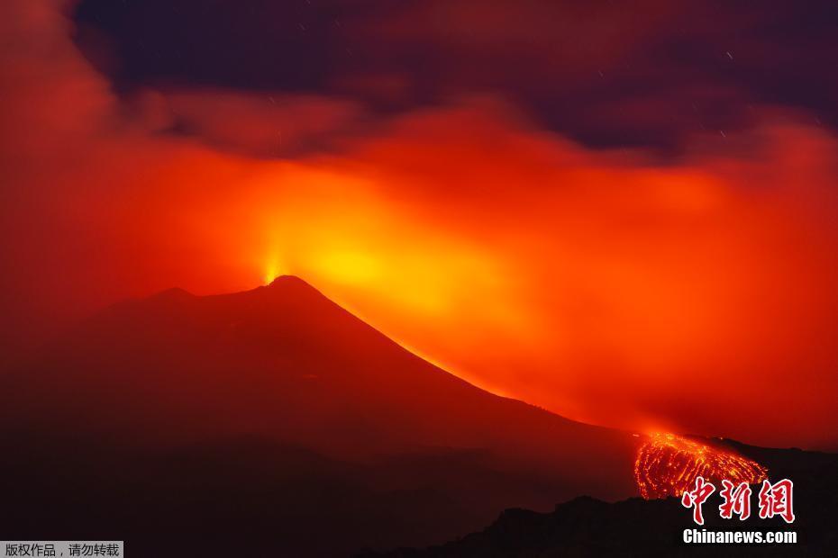 意大利埃特纳火山持续喷发 火红岩浆喷涌流淌