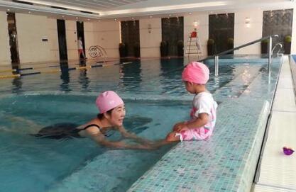 陈赫调侃女儿学游泳不肯下水:你是来泡脚的吗