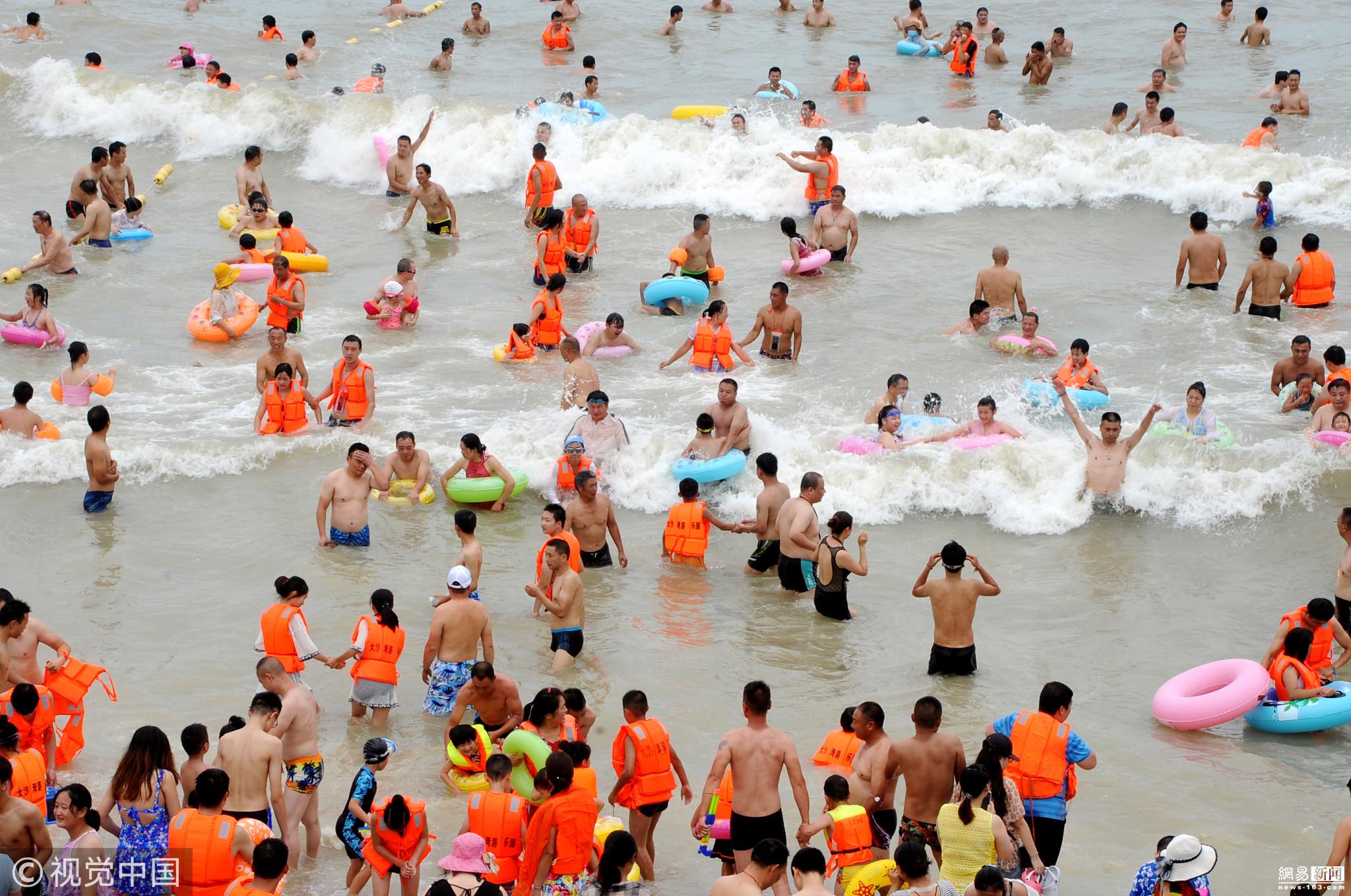 海滨浴场如同下饺子