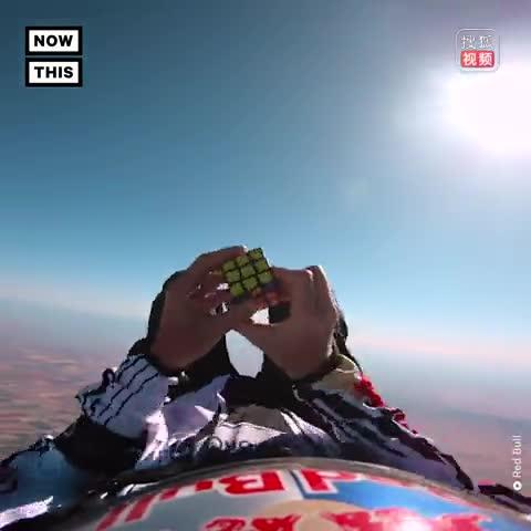 跳伞者在3000米高空中还原魔方