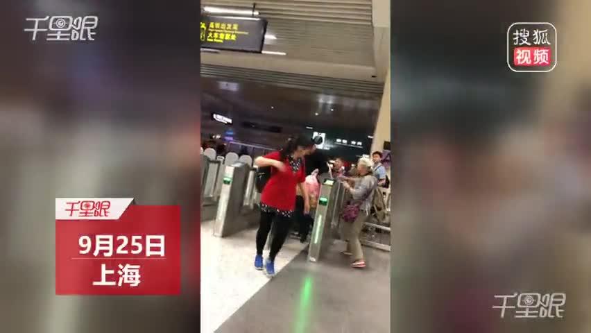 实拍地铁乘客组团逃票