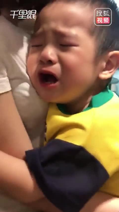 2岁男童刚打完针 一头钻进护士姐姐怀里假哭