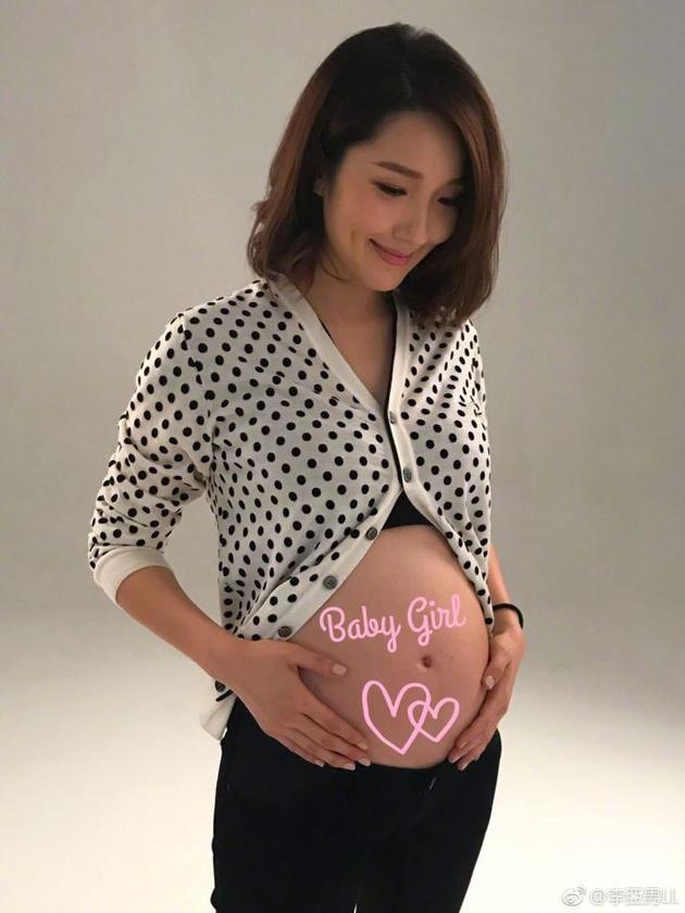 王祖蓝娇妻李亚男公布宝宝是女孩 手抚孕肚超幸福