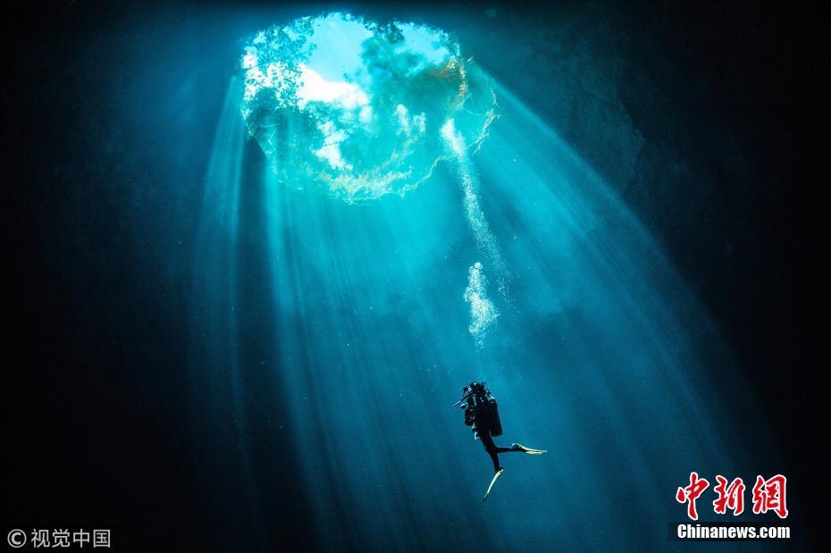 光线射入水下洞穴尽显幻美 潜水员如入时光隧道