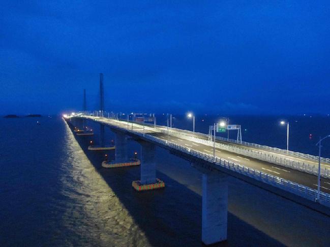 """台风""""山竹""""过境,港珠澳大桥照常亮灯"""