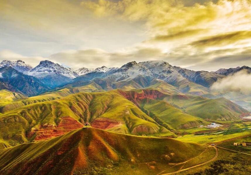 航拍祁连山下最美草原 风光旖旎宛如画卷