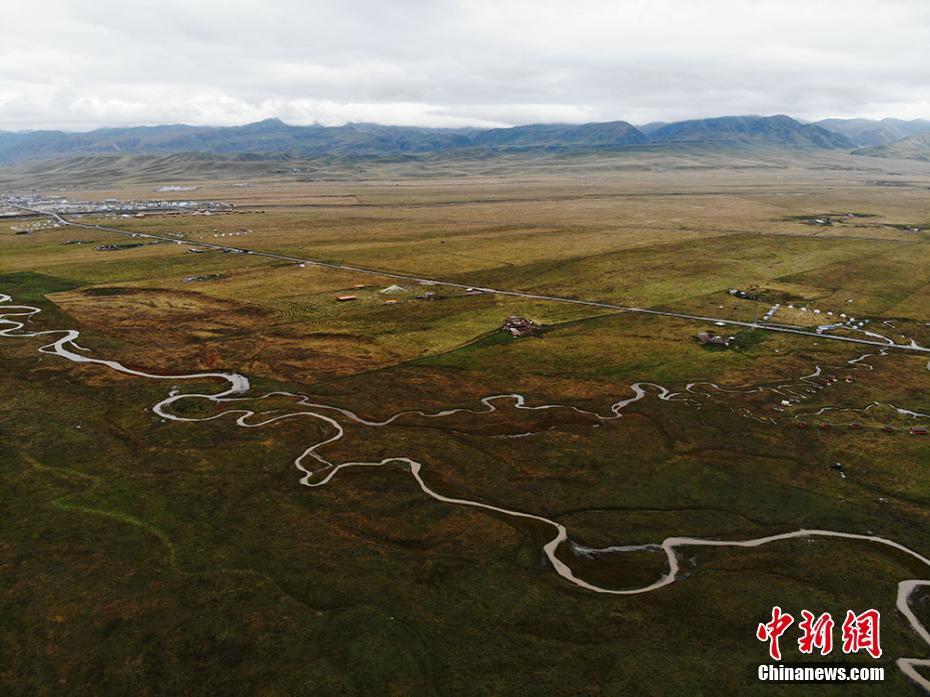 草原河流蜿蜒如地脉