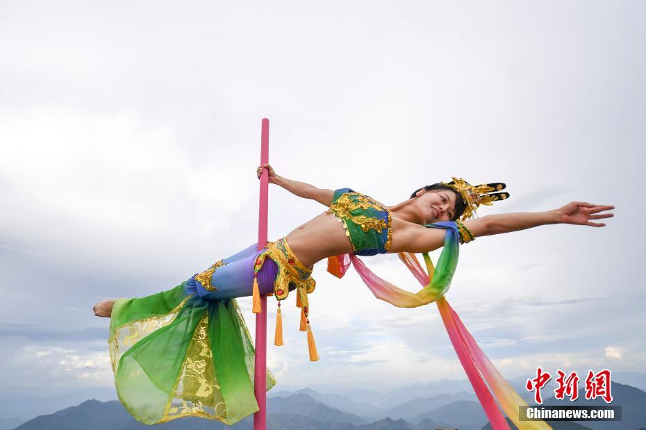 龙泉山上演柔美钢管舞