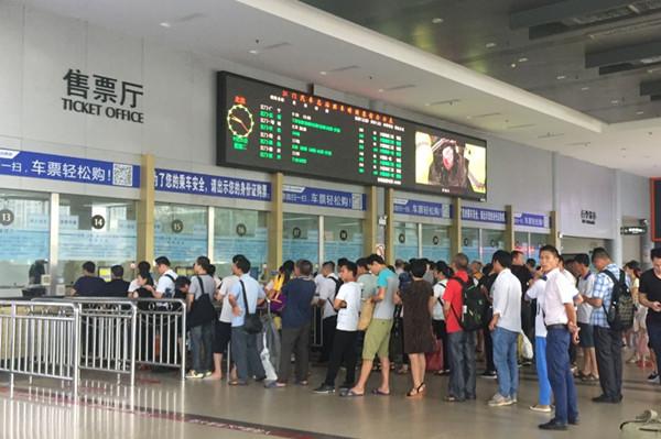 国庆黄金周客流高峰即将到来 旅客宜提早购票