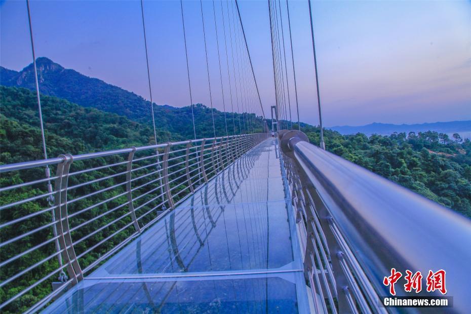 广东最长玻璃桥悬挂